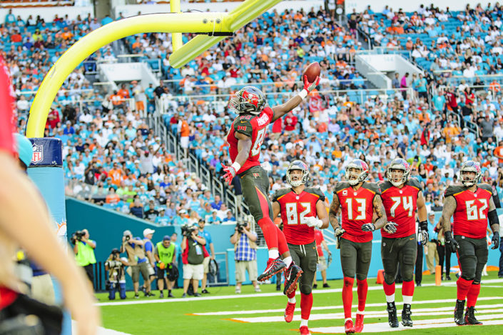 OJ Howard (80) celebrates his touchdown with a goal post