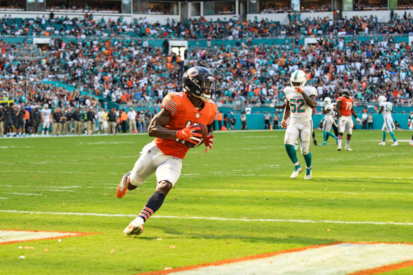 Chicago Bears wide receiver Anthony Miller (17) score a touchdown
