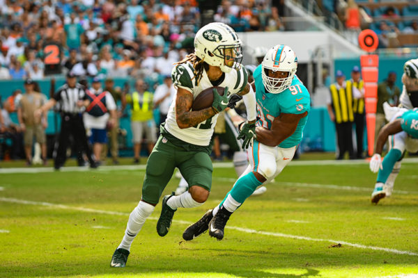 New York Jets wide receiver Robby Anderson (11) takes the reverse